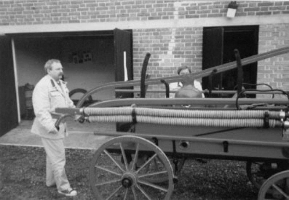 """Při zakládání sboru hasičů hlavními iniciátory založení hasičského spolku byli Fr. Kohl – starosta a Ant. Nechvátal – učitel. Z jejich popudu byla svolána """"valná schůze občanů a přátel hasičské myšlenky"""", při které se k hasičům přihlásilo 21 občanů."""