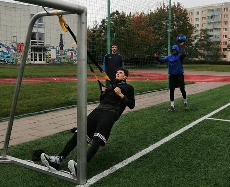 DŘINA VENKU. Basketbalisté Hradce Králové v době koronapauzy nemohou do haly, tak se alespoň udržují v kondici a pohybovém rytmu na sportovištích pod širým nebem.