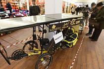 Solární tříkolka vystavená v jednom z obchodních center v Hradci Králové.