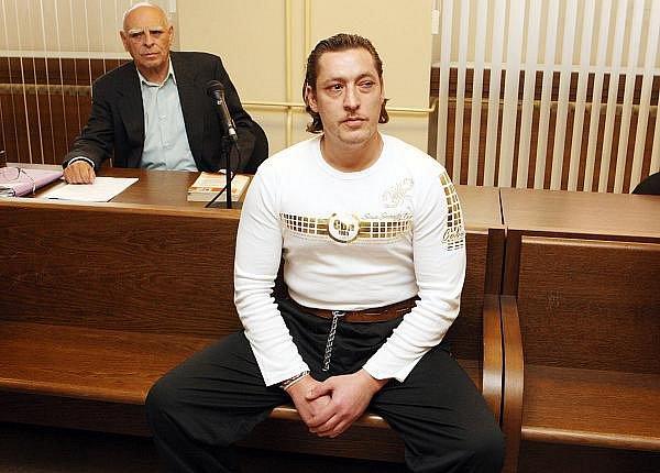 Problém s určením času měl u soudu obžalovaný Jindřich Volf. Ke znásilnění mělo dojít po 21. hodině, kdy už byla tma. Volf však tvrdil, že se stmívalo. Nakonec vyšlo najevo, že pro Volfa je to nejspíš jedno a totéž.