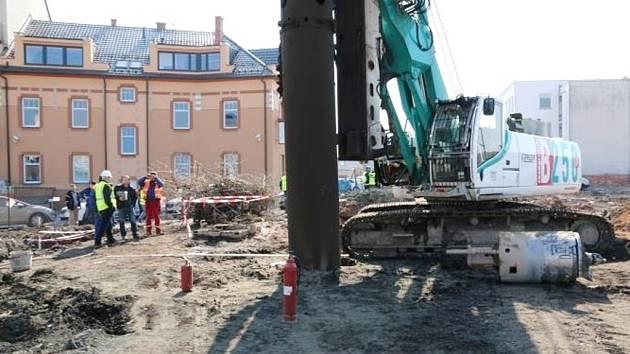 Poškození plynového potrubí vrtacím strojem u Koruny v Hradci Králové.