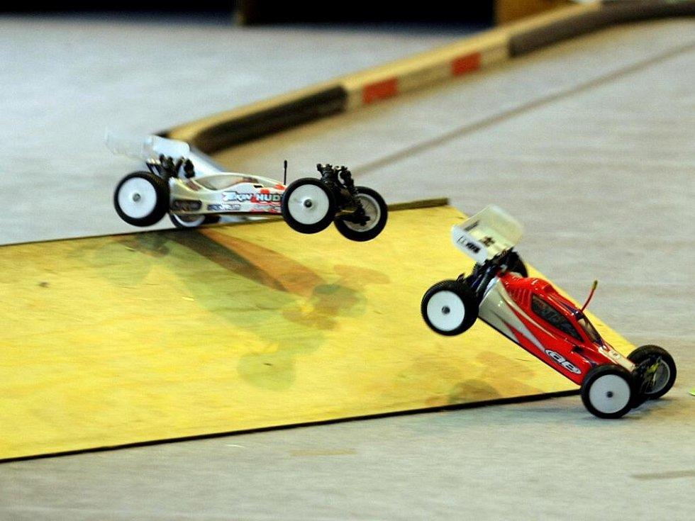 Halové závody modelů terénních vozů v tělocvičně hradecké ZŠ Štefcova.