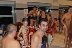 V duchu Halloweenu se v hradeckém akvaparku neslo koupání bez plavek (sobota 23. října 2010).