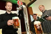 Natočit správně pivo není hračka, u každého druhu je to jiné, říká Petr Lamka (vlevo). Profesionálové z restaurací v celé republice si změříli své síly v soutěži Hvězda výčepu.