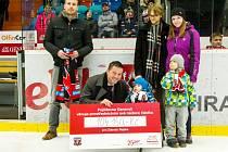 Hradečtí hokejoví fanoušci pomohli malému nemocnému Zdendovi.