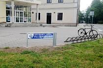 Město Smiřice pro cyklistovu duši - veřejná pumpa před kulturním střediskem Dvorana.