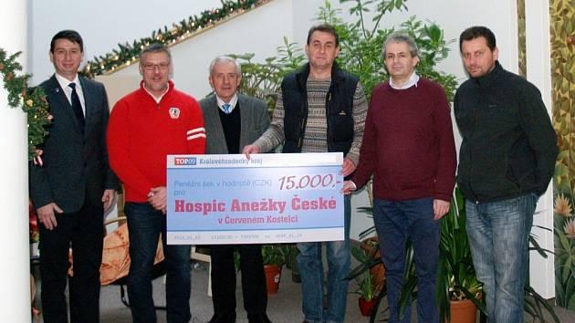 Peněžní šek v hodnotě 15 000 korun pro Hospic Anežky České v Červeném Kostelci.