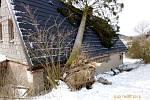 Strom spadlý na rodinný dům v Hlavňově.