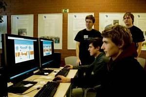Pomocí hry můžete v každé učebně najít užitečné informace týkající se příslušného studijního oboru.