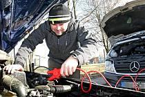 Řidič měl o mrazivém dopoledni problémy s vybitou autobaterií.