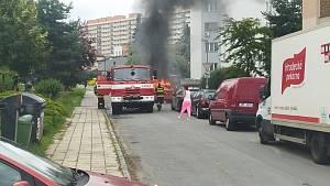 Auto v Hradci shořelo na popel