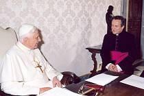 Papež a nový královéhradecký biskup Jan Vokál.