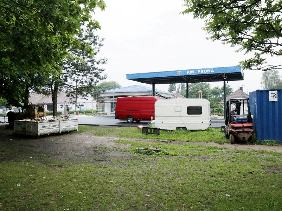 """Diskutovaná """"zkratka"""" u benzinové stanice v Opatovicích nad Labem."""