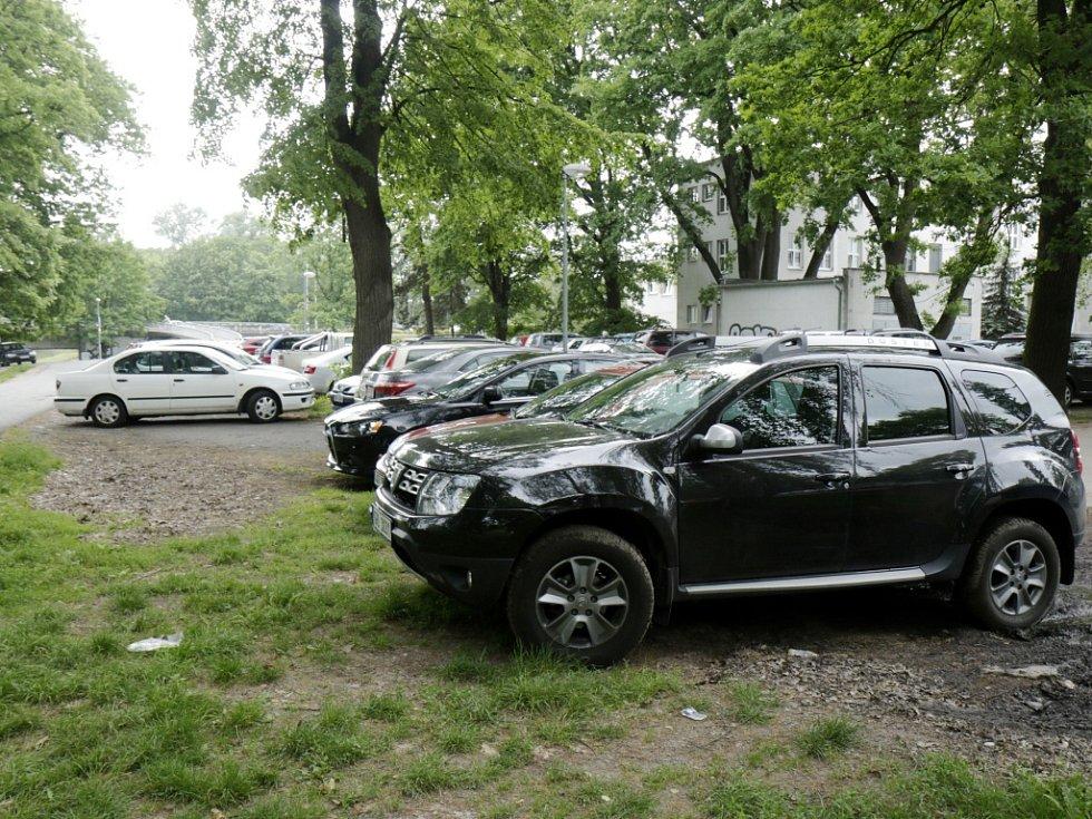 Parkování na trávě v okolí Fakultní nemocnice Hradec Králové.