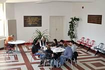 Vestibul hradeckého gymnázia J. K. Tyla po rekonstrukci.