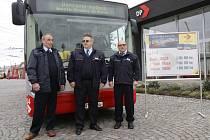 Tři milionáře ocenilo vedení dopravního podniku. Zleva stojí Vratislav Tobišek, Vítězslav Pánek a Zbyněk Gross.