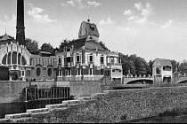 Městská elektrárna roku 1911. Historie vodní elektrárny se odvíjí od okamžiku, kdy se radní města rozhodli ochránit své obyvatele před povodněmi, které pravidelně působily řeky Labe a Orlice.