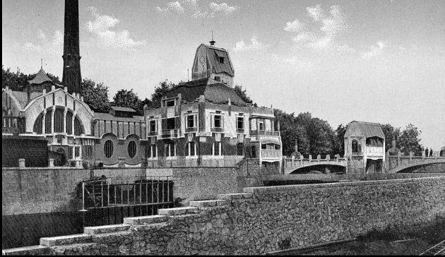 Městská elektrárna roku 1911.Historie vodní elektrárny se odvíjí od okamžiku, kdy se radní města rozhodli ochránit své obyvatele před povodněmi, které pravidelně působily řeky Labe a Orlice.
