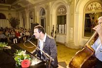 Jan Jareš, nevidomý zpěvák a klavírista, při vystoupení s doprovodem.