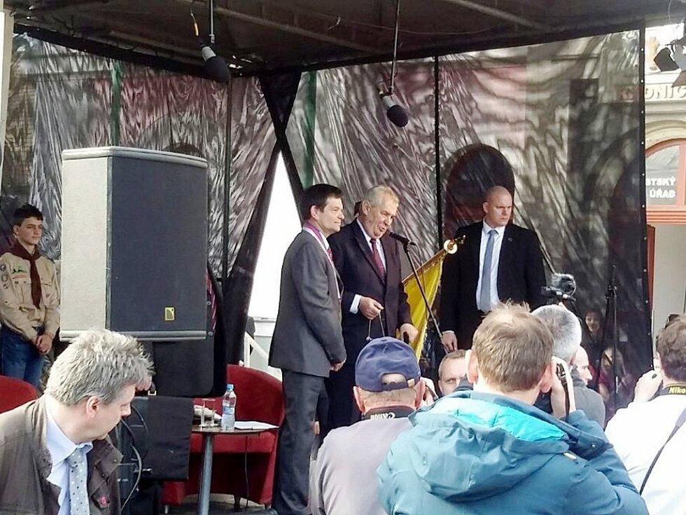 Miloš Zeman při dekorování městského praporu prezidentskou stuhou.