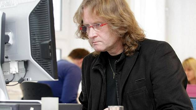 Petr Štěpánek v redakci Hradeckého deníku při on-line rozhovoru se čtenáři.