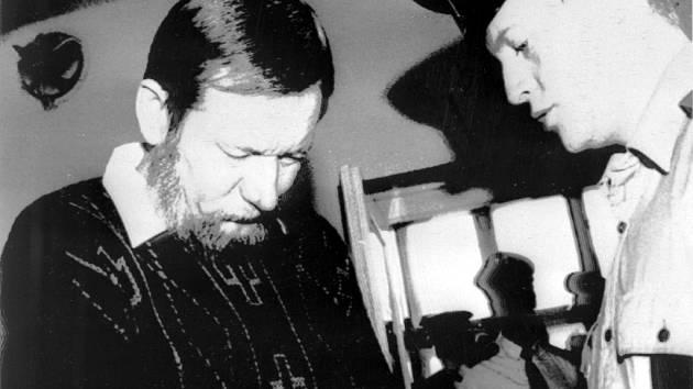Odsouzený Pavel Peca, který zavraždil svou bývalou manželku a dvě dcery, s policistou v budově krajského soudu v Hradci Králové 16. března 1994.