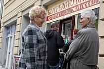 Velké fronty provázely předprodej vstupenek na Divadlo evropských regionů (3. května 2010).