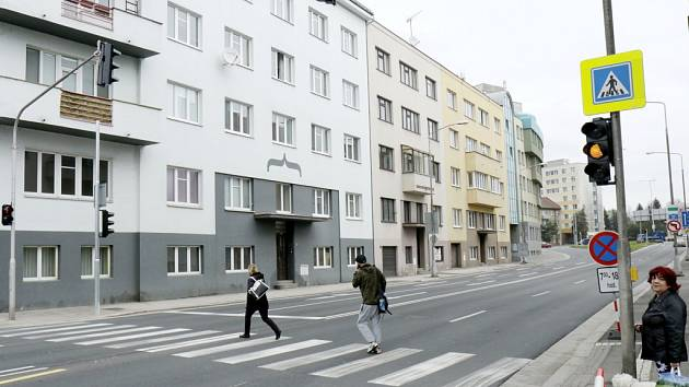 Zapnuté semafory u přechodu pro chodce na křižovatce ulic Průmyslová a Resslova v Hradci Králové.