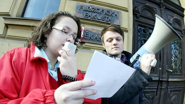 Studenti hradecké univerzity symbolicky zavřeli filozofickou fakultu. Akce byla první částí protestů proti reformám vysokých škol.