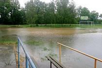 Zaplavené hřiště v Lovčicích.