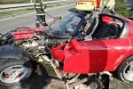 Nehoda sportovního vozidla v Hradci Králové.