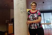 Ředitelka Eva Svobodová u podepsaného sloupu.