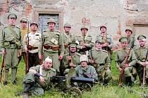 Legionář v akci - Jakub Hlávko (nahoře druhý zprava) se společně s dalšími členy Československé obce legionářské účastní také bojových ukázek.