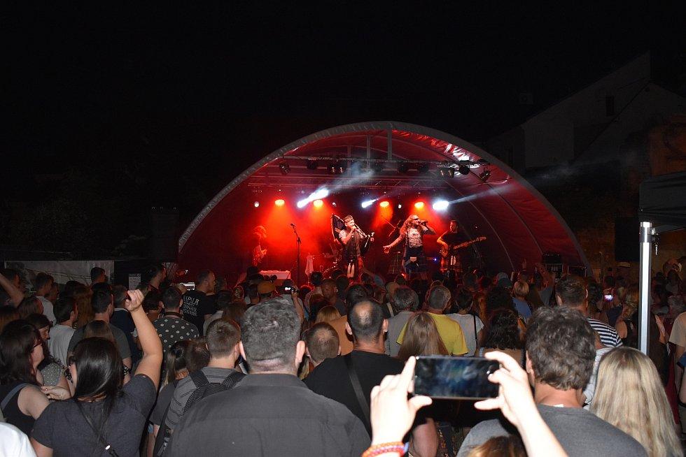 Venkovní stage nabízí divákům každý den i mnohá hudební vystoupení.