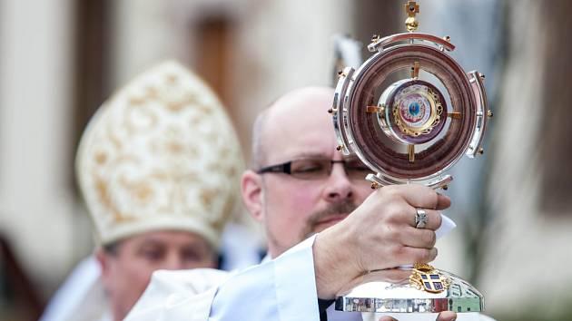 Ukládání ostatků papeže Jana Pavla II. do katedrály sv. Ducha v Hradci Králové.