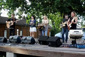 Koncert kapely Devítka na Šrámkově statku v hradeckých Pileticích.
