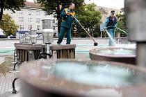 Zaměstnanci Technických služeb u fontány na hradeckém Ulrichově náměstí.