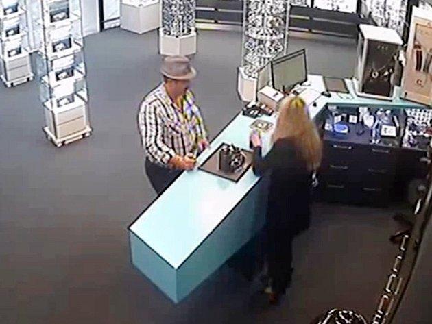 Pátrání po totožnosti: Muž je podezřelý z krádeže hodinek za desítky tisíc.