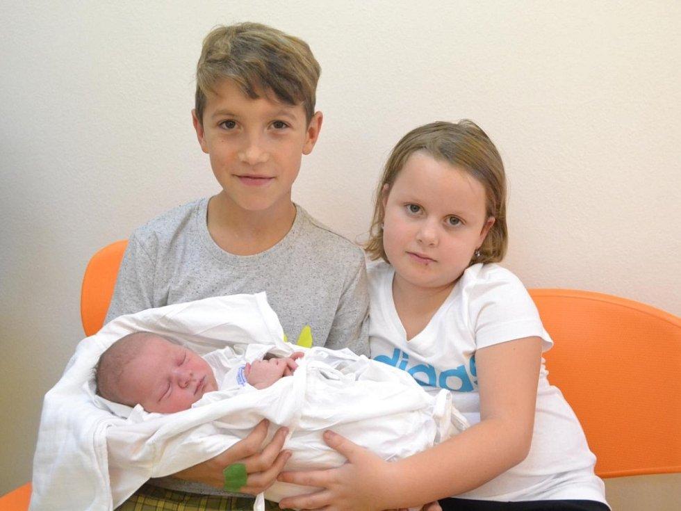 BERENIKA VOJTKOVÁ je na fotografii se starším bráškou Alešem a sestřičkou Klaudií. Holčička se narodila 25. září ve 12:40 mamince Renátě a tatínkovi Lukášovi Vojtkovým z Třebechovic pod Orebem. Vážila 3970 g a měřila 52 cm. Tatínek byl u porodu dokonalý.