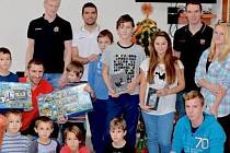 Nechanické děti si návštěvu hokejistů hradeckého Mountfieldu parádně užily. Nejprve si s nimi popovídaly, pak dostaly podepsané kartičky a na závěr příjemné hodiny obdržely dárky.