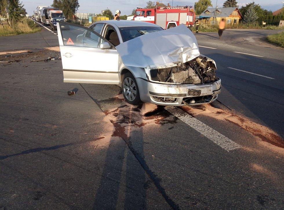 Dopravní nehoda osobního vozidla a autobusu v Holohlavech.