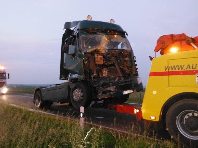Dopravní nehoda dvou kamionů na silnici I/35 mezi Hradcem Králové a Jičínem uMžan.