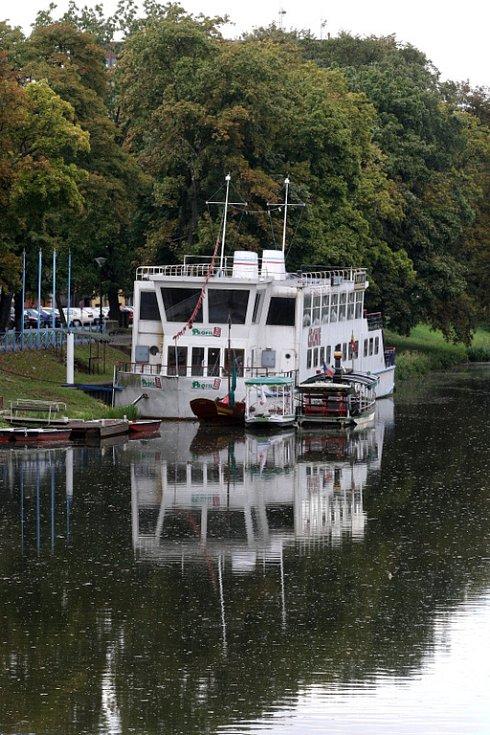 Loď Čechie na Smetanově nábřeží v Hradci Králové
