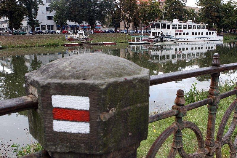 Loď Čechie na Smetanově nábřeží v Hradci Králové.
