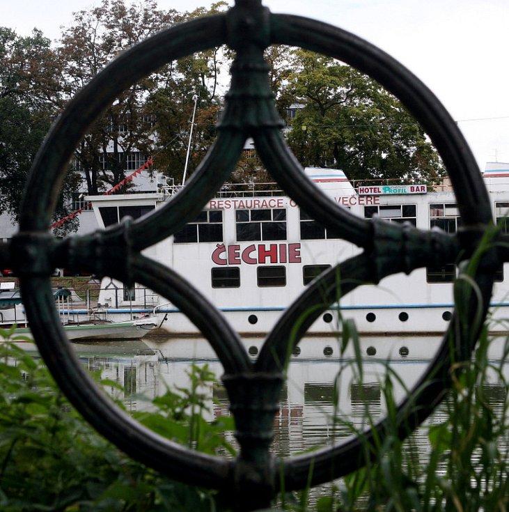 Roky opuštěná loď Čechie, která na Smetanově nábřeží kotví od roku 1996.