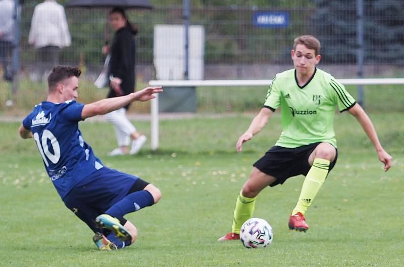 Fotbalisté Třebše (v modrém) v domácím prostředí porazili Vysokou nad Labem těsně 2:1.