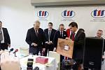 Prezident Miloš Zeman přebírající dary v Třebechovicích pod Orebem.