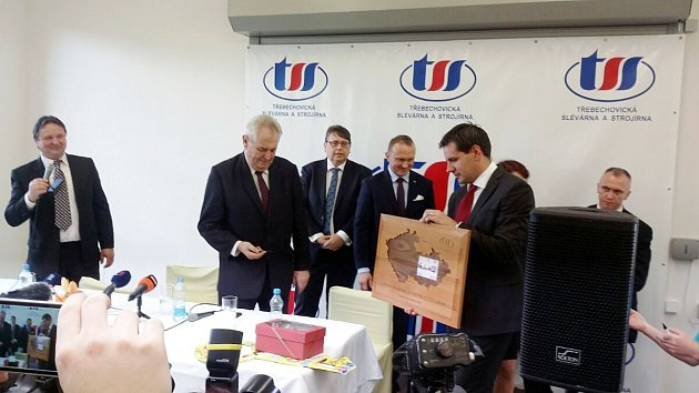 Prezident Miloš Zeman přebírající dary vTřebechovicích pod Orebem.