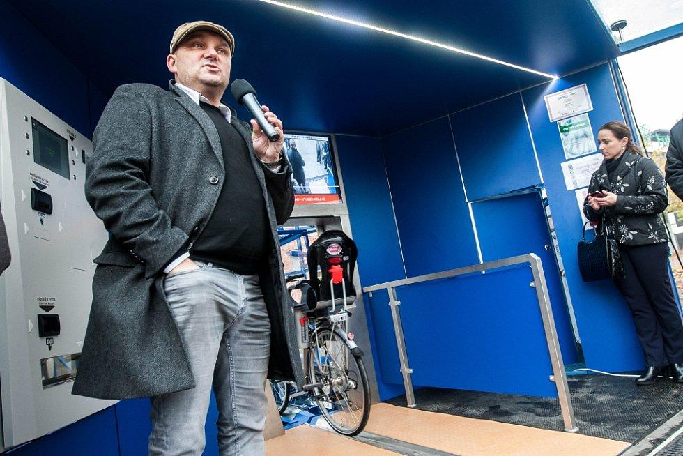 Unikátní parkovací dům pro kola před OC Futurum na Brněnské třídě v Hradci Králové.