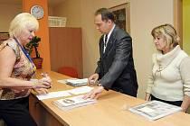 Roman Komeda, předseda safari Archa 2007, společně s Janou Brožovou předali na podatelně Krajského úřadu v Hradci Králové petici za odvolání vedení zoologické zahrady ve Dvoře Králové.